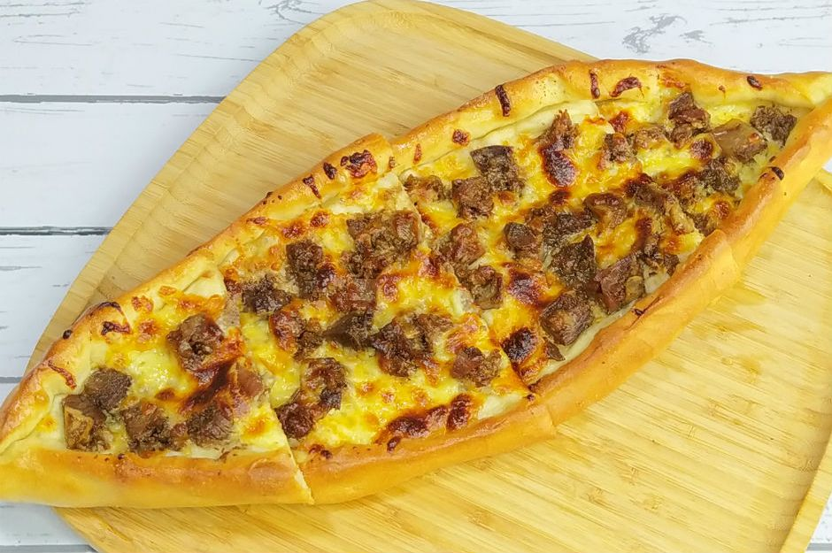 Kaşarlı Kavurmalı Pide + Salata